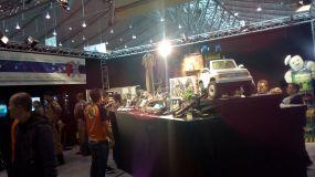 Der große Tisch voller Exponate